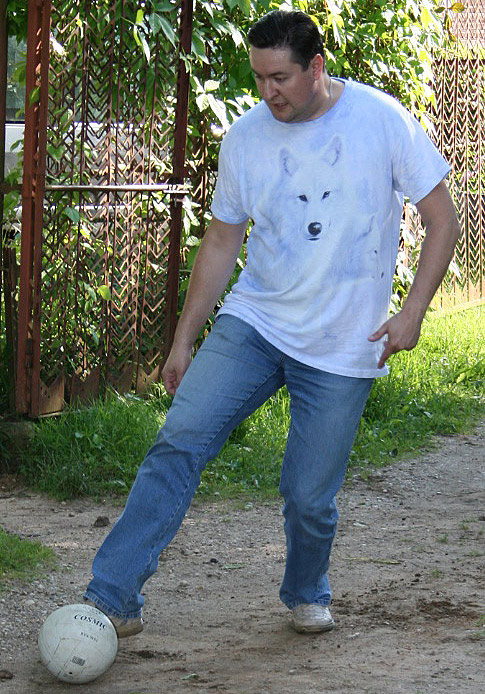Максим Довженко играет в футбол